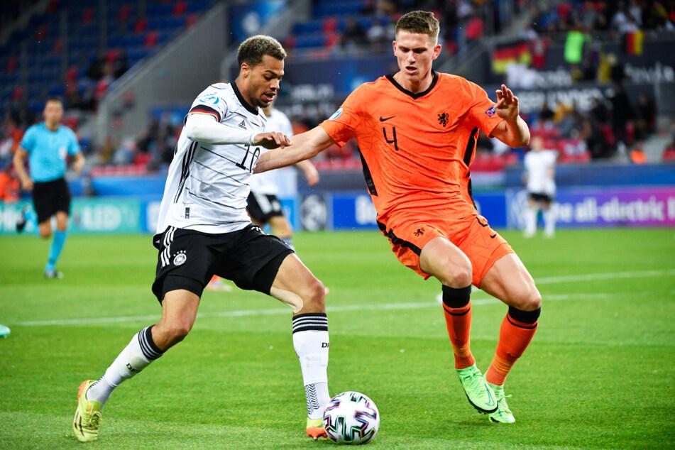 Der deutsche Mittelstürmer Lukas Nmecha (l.) beschäftigte die niederländische Defensive um den frisch gekürten französischen Meister Sven Botman (OSC Lille) durchgehend.