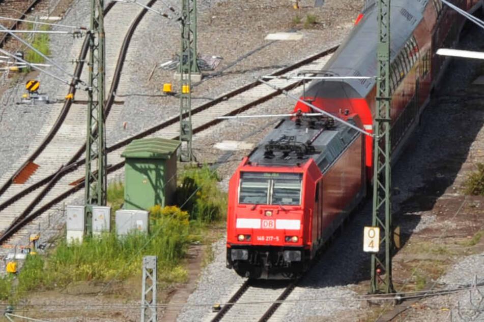 Im Stuttgarter Hauptbahnhof stellt Verkehrsminister Hermann die neuen Züge vor. (Archivbild)