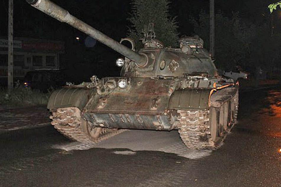 Im Rausch konnte der Mann dem T-55 offenbar nicht widerstehen.
