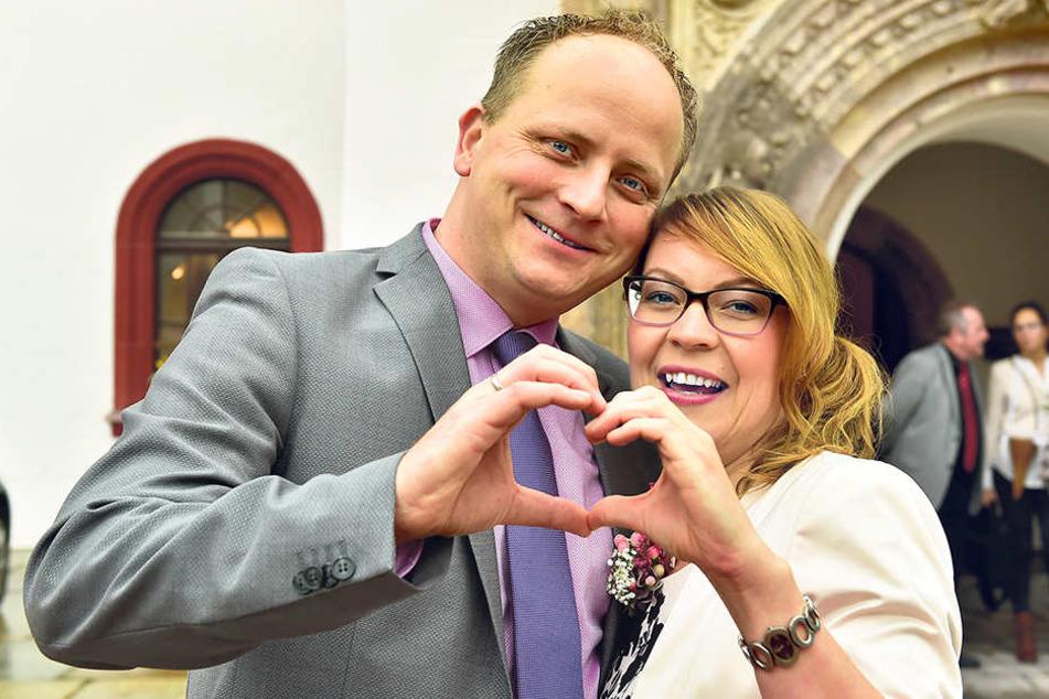 In ihrem Lieblingskleid in Zartrosé trat Radiomoderatorin Conny Hartmann (38) mit ihrem Liebsten  Mario (39) vor den Traualter.