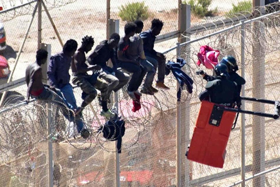 """Gewaltsam und aggressiv"": Migranten stürmen erneut in EU-Gebiet!"