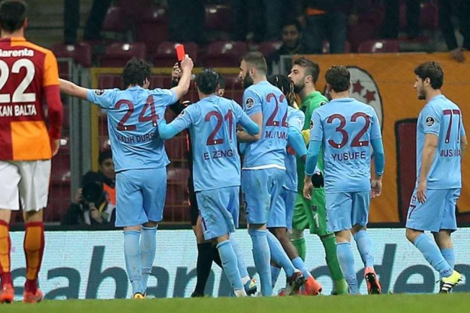 Während eines Spiels von Trabzonspor stieg der Fan auf einen der Sitze. Daraufhin verpasste der Verein ihm eine kuriose Strafe.