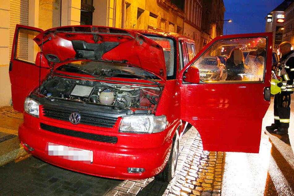Die Feuerwehr konnte den brennenden VW schnell löschen.