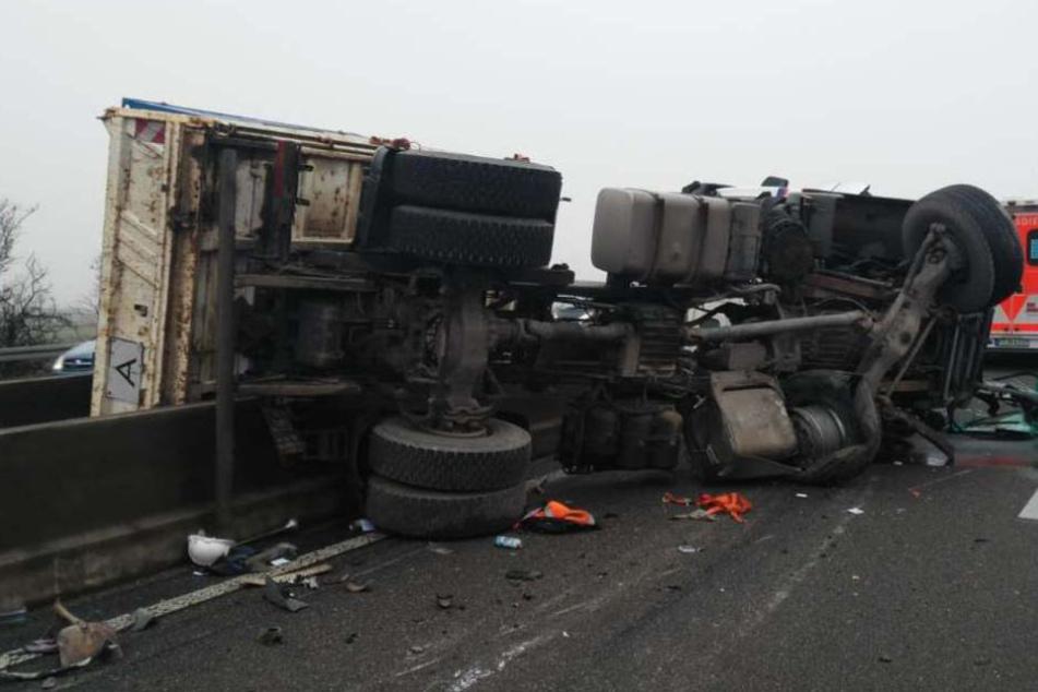 Ein Teil des Lastwagens landete auf der Gegenfahrbahn.