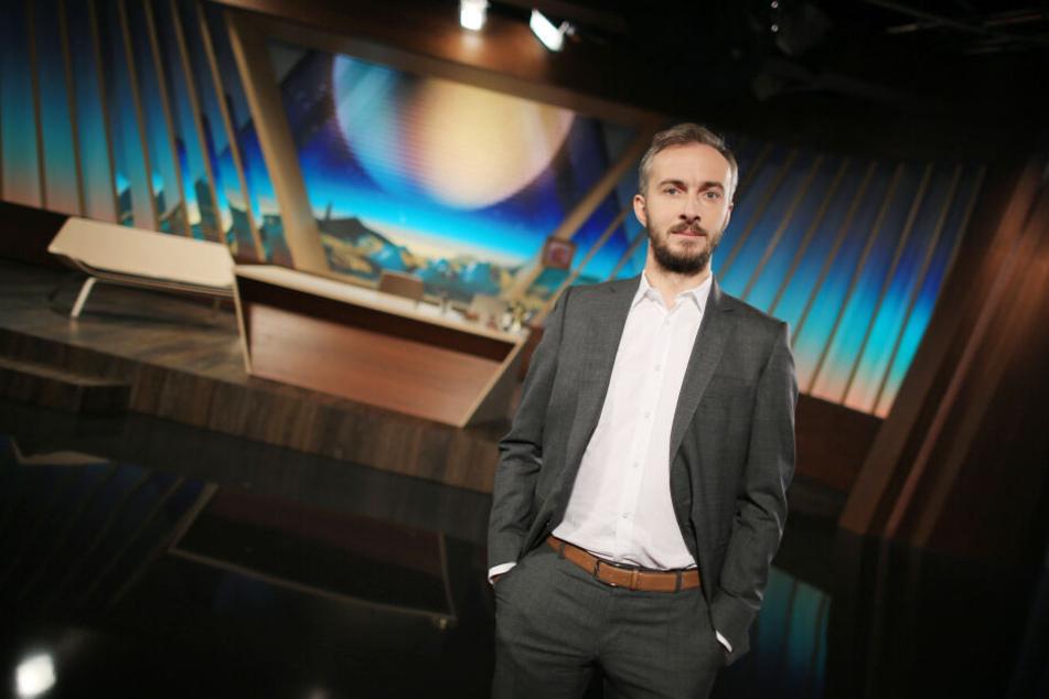 Der Satiriker Jan Böhmermann steht in seinem TV-Studio. Am Wochenende stand er in der Alsterdorfer Sporthalle in Hamburg auf der Bühne.