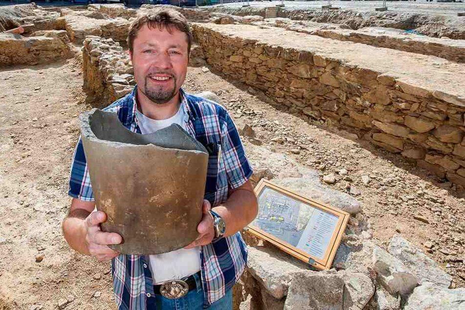 Grabungsleiter Silvio Bock (43) mit einem Schmelztiegel, der zur Silberbearbeitung genutzt wurde.