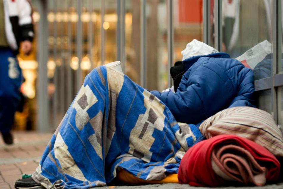 Obdachloser rastet komplett aus: Jetzt geht's in die Psychiatrie