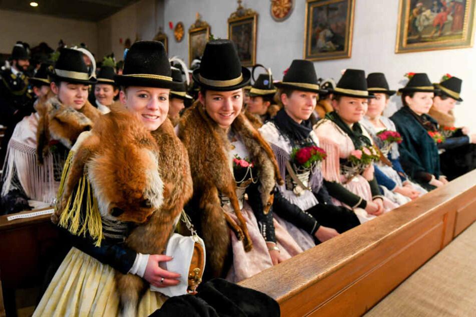 """Marketenderinnen nehmen in der Kirche in Waakirchen (Bayern) bei einer Gedenkfeier für die Opfer der """"Sendlinger Mordweihnacht"""" teil."""