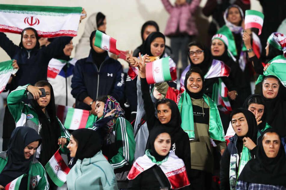 Nachdem sich Frau anzündete: Iran gibt Fußballstadion für weibliche Fans frei
