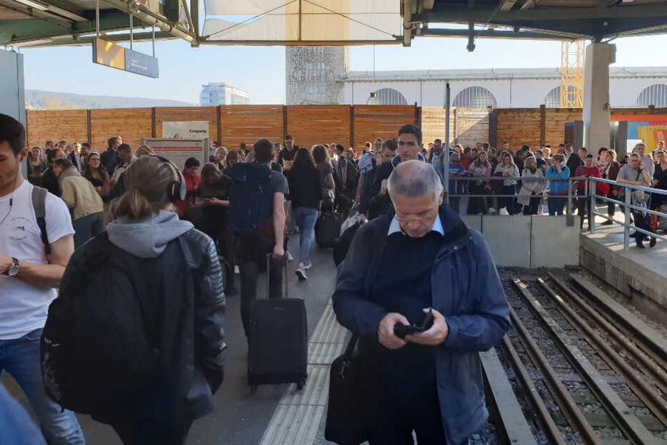 Bahnreisende am Stuttgarter Hauptbahnhof.