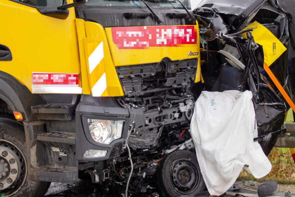 Horror-Unfall: Auto kracht in Müllfahrzeug, Fahrer stirbt noch im Wrack