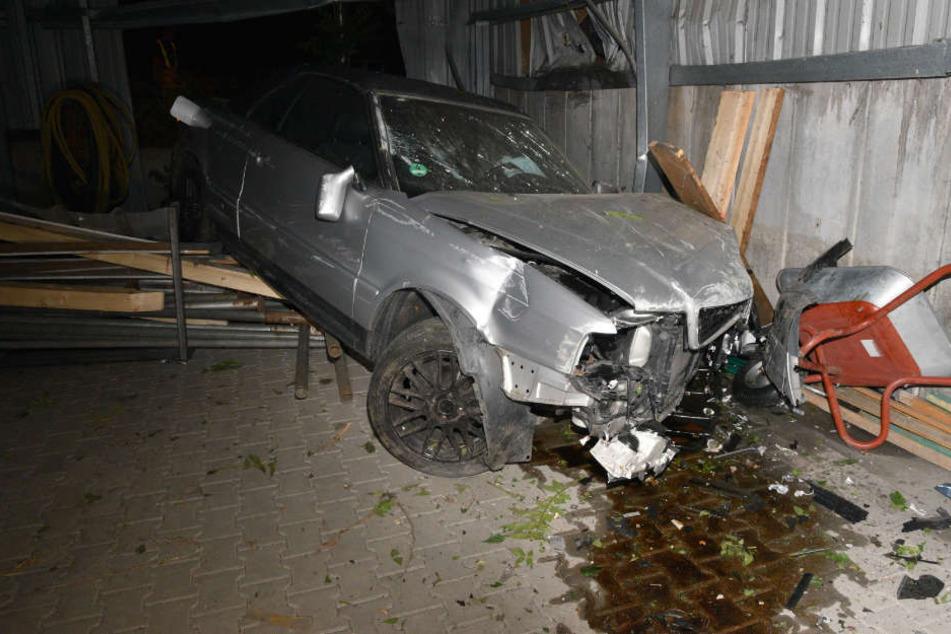 Erst eine Betonwand stoppte das Audi-Cabrio.