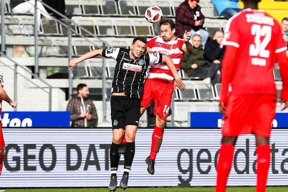 Kapitän Toni Wachsmuth (r.) gewinnt das Kopfballduell mit Petar Sliskovic, dem dann später der Ausgleich gelang.
