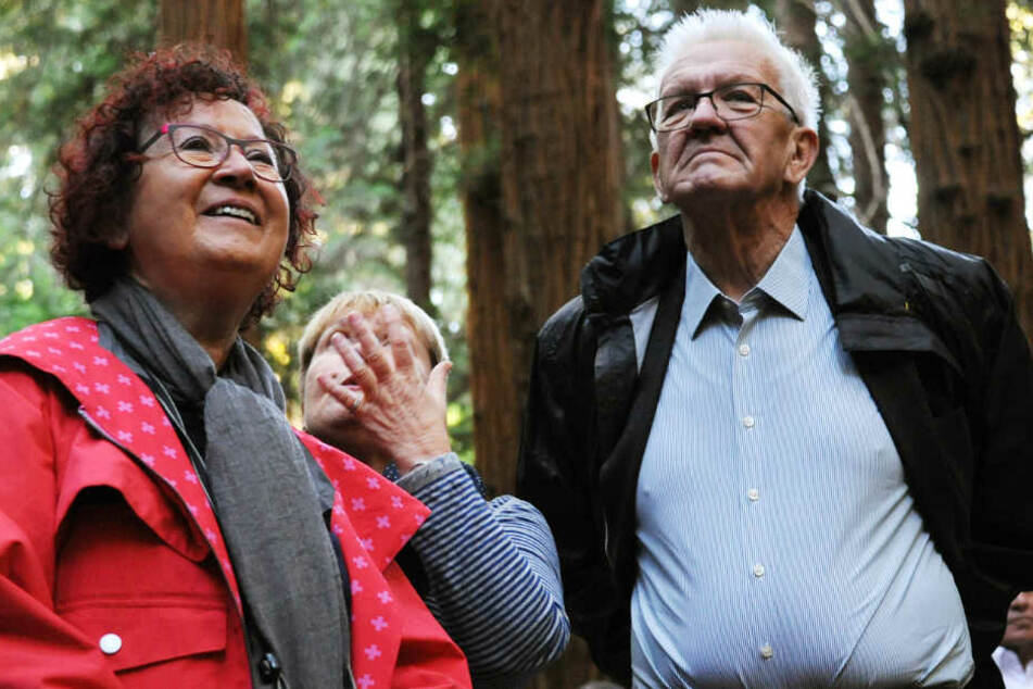 Winfired Kretschmann (rechts) und seine Frau Gerlinde (links) betrachten Mammutbäume im Muir Woods National Monument.