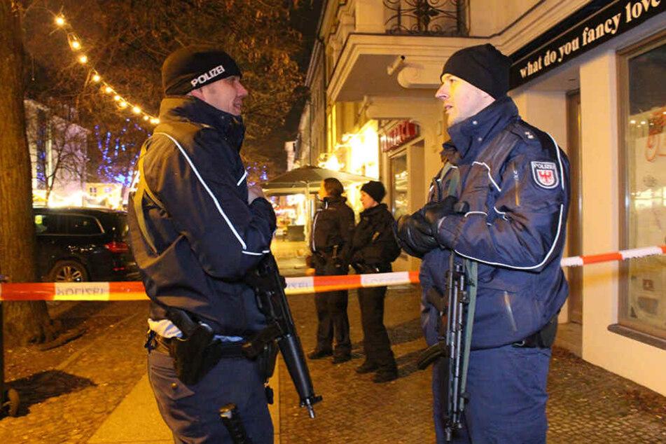 Polizeibeamte während der Evakuierung in Potsdam, nachdem eine Paketbombe gemeldet wurde.