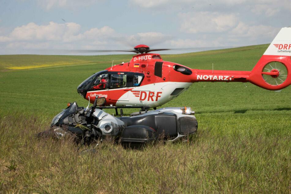 Hubschrauber im Einsatz! Biker fliegt aus Kurve und wird schwer verletzt