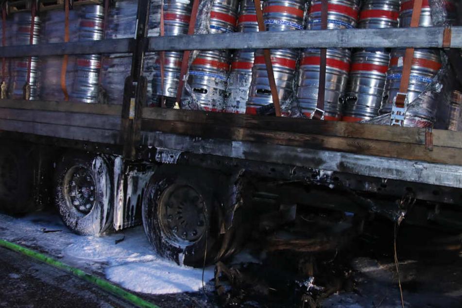 Hopfen und Malz verloren? Brennender Biertransporter auf der Autobahn