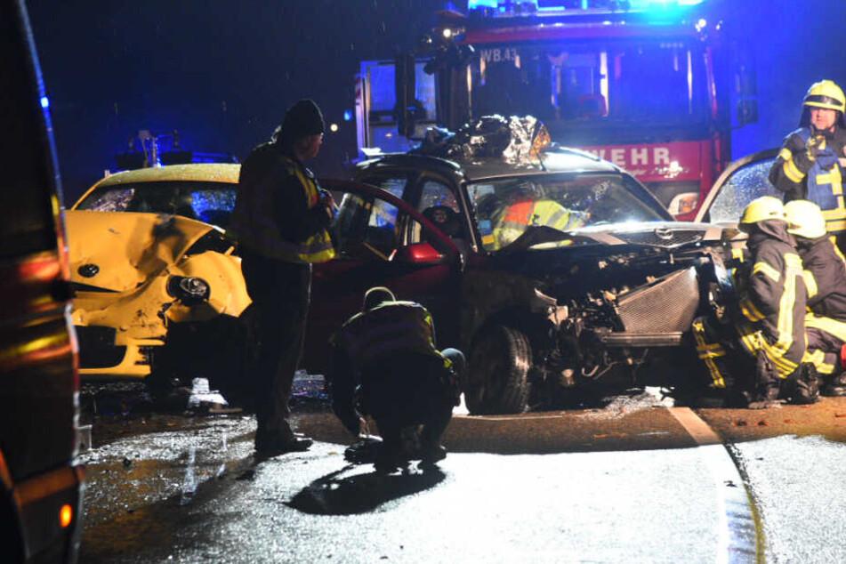 Mehrere Verletzte: Auto gerät ins Schleudern und kracht frontal in entgegenkommenden Wagen