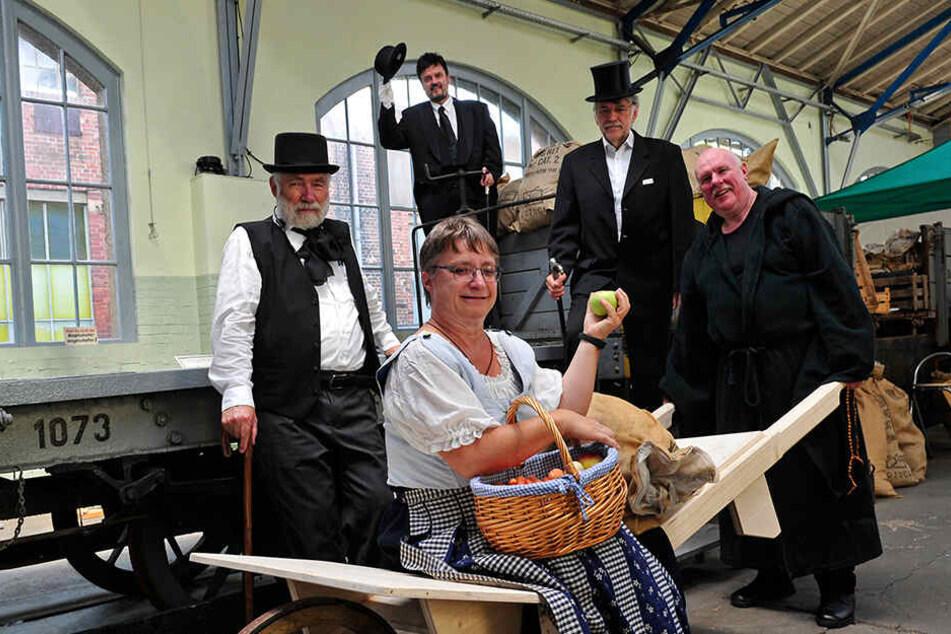 Wie kam Chemnitz zur ersten Straßenbahn? Das zeigen die Akteure des zugehörigen Theaterstücks im Straßenbahnmuseum. CVAG-Chef Jens Maiwald (54, ganz hinten) hat die Hauptrolle.