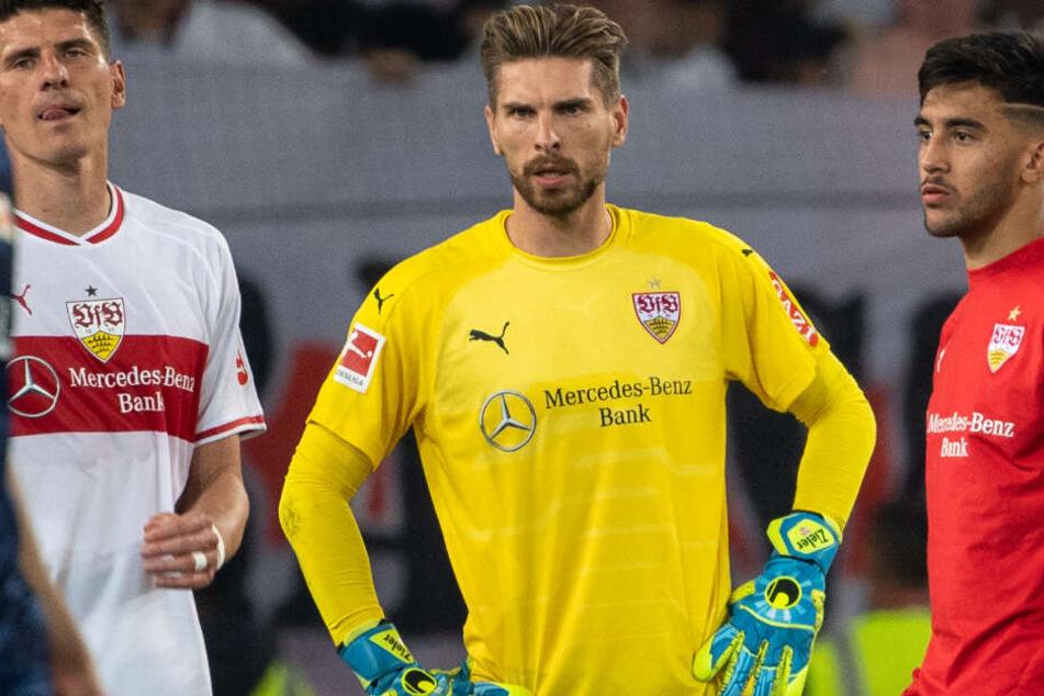 Beim VfB-Abstieg in Berlin: Stuttgarts Keeper Ron-Robert Zieler umringt von Teamkollegen Mario Gomez (l.) und Nicolás González (r.).