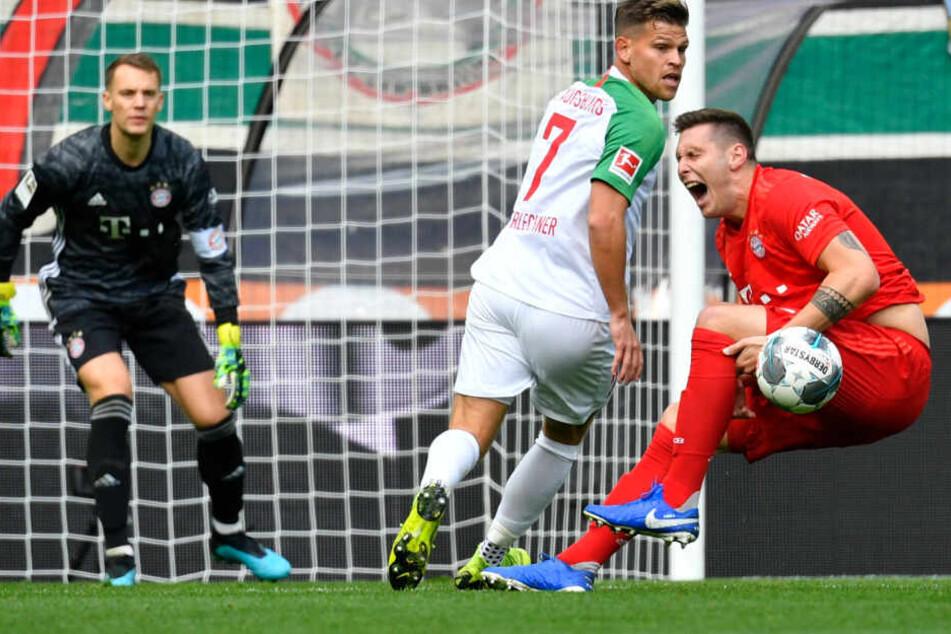 Niklas Süle sackt verletzt zusammen und hält sich das linke Knie. Es ging nicht weiter für den Bayern-Verteidiger.