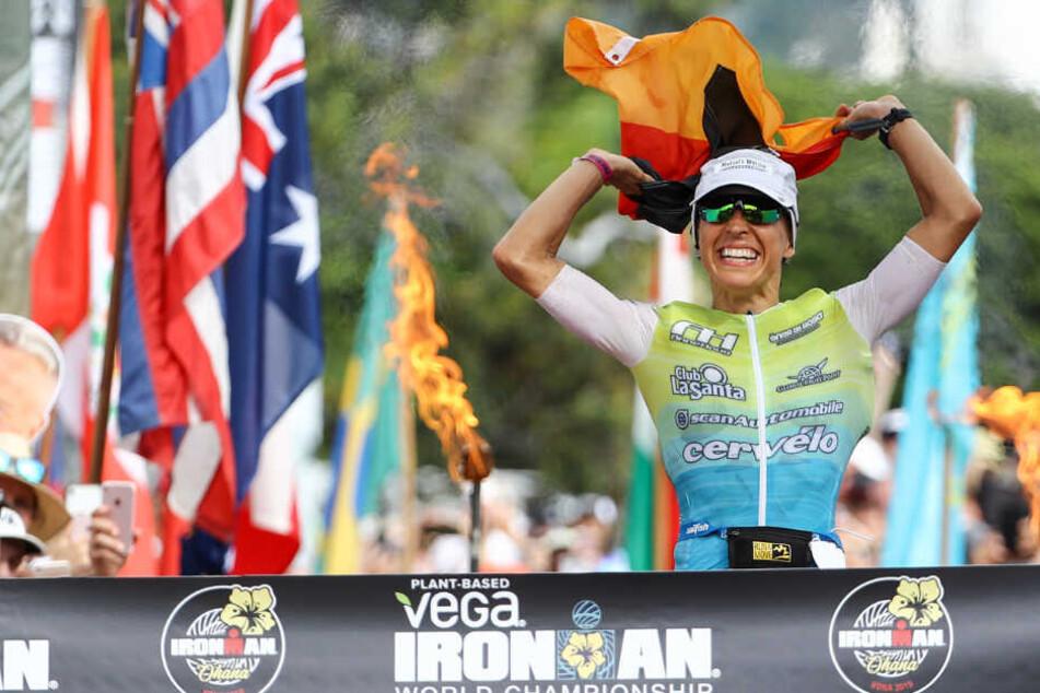 Anne Haug überquert die Ziellinie des Hawaii Ironman Triathlons.