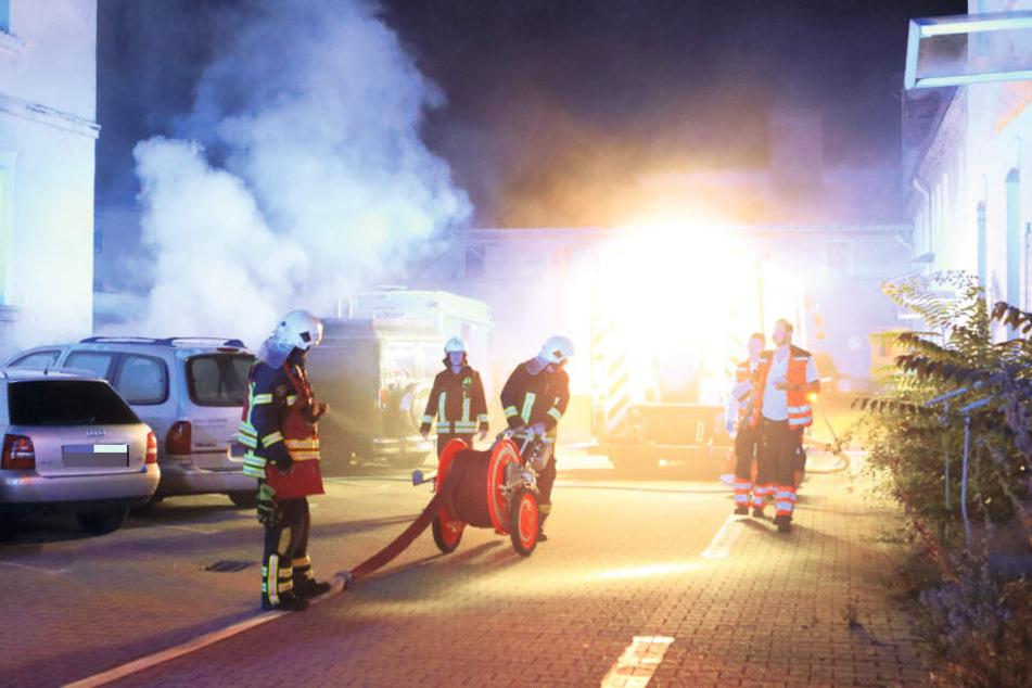 Feuerwehrleute eilten zum Haus an der Bitterfelder Straße. Hier hat ein Unbekannter im Keller Feuer gelegt.