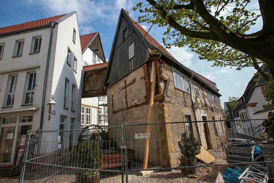 Das Fachwerkhaus sieht ziemlich mitgenommen aus. Fast 600 Jahre hat es bereits auf dem Buckel.