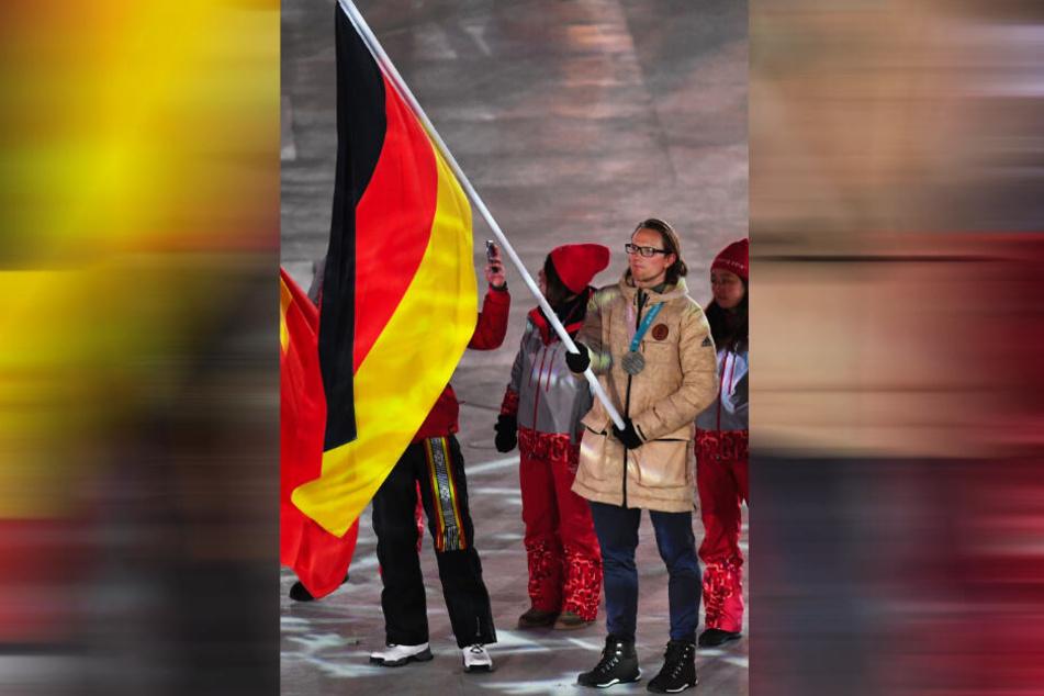 Christian Ehrhoff trug stolz bei der Abschlussfeier der Olympischen Spiele 2018 die Silbermedaille und die deutsche Fahne.