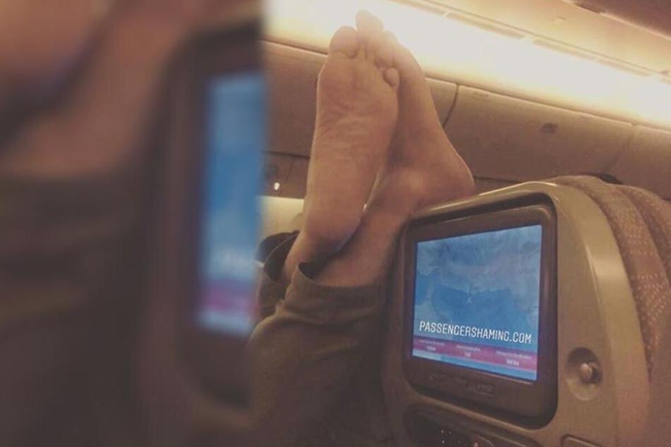 Manchen Leuten ist selbst im Flieger nichts zu Blöde. Schuhe aus und Füße an den nächstbesten Ort ist das Motto dieses Schnappschusses, der die Gemüte erregt.