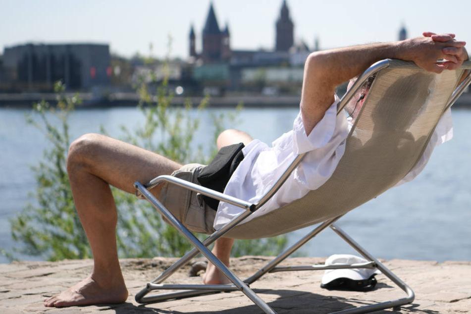 Brutzeln in der Sonne: Das ist am Wochenende problemlos möglich, aber nicht ungefährlich.