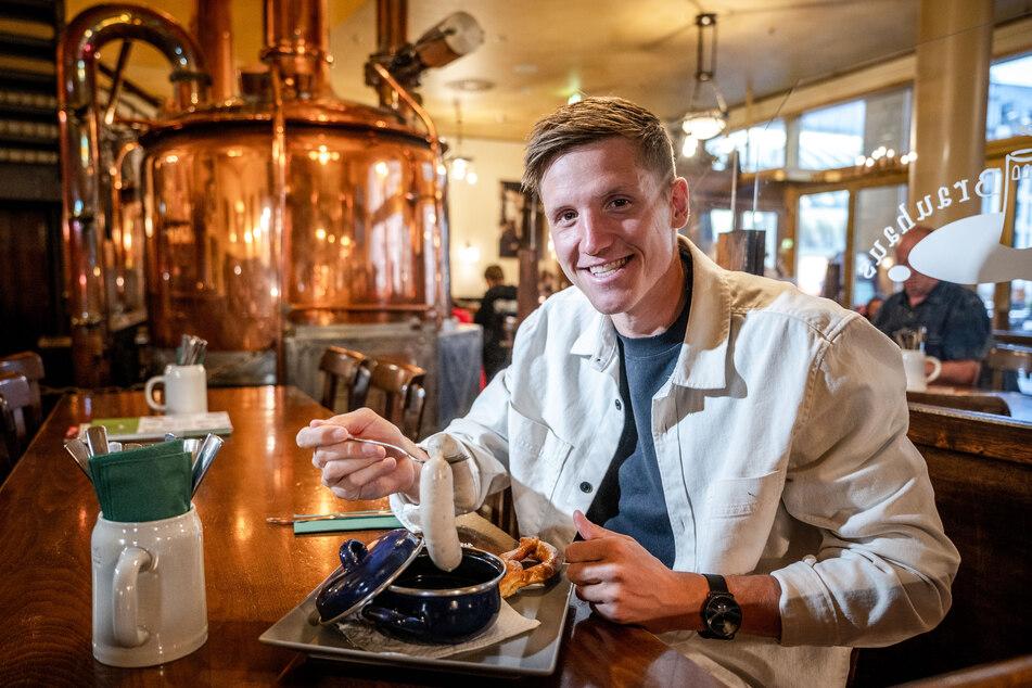 CFC-Spieler Lukas Aigner (25) schätzt die Weißwurst im Turmbrauhaus.