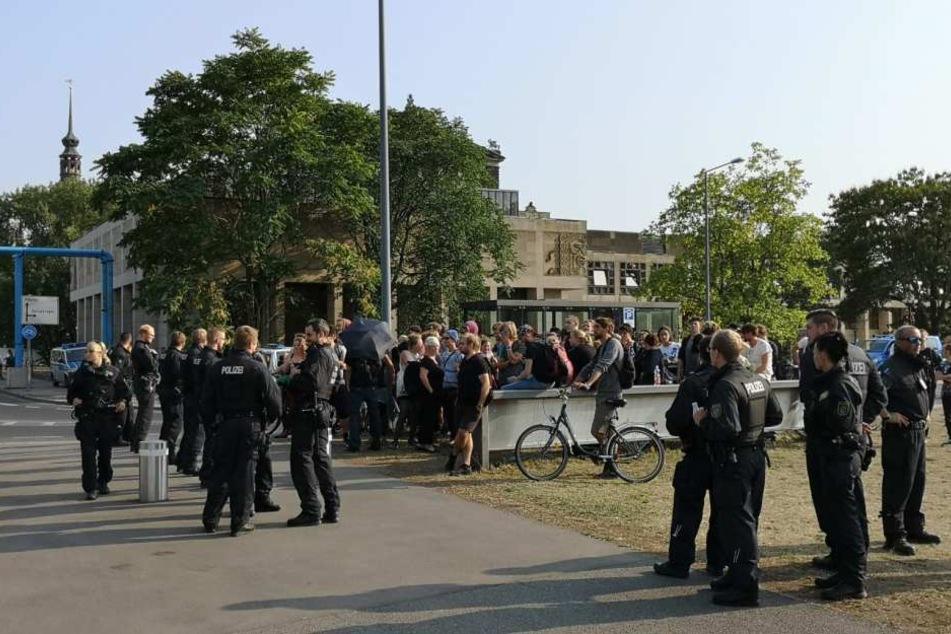 Rechte halten die Nacht über Mahnwache vor Dresdner Landtag