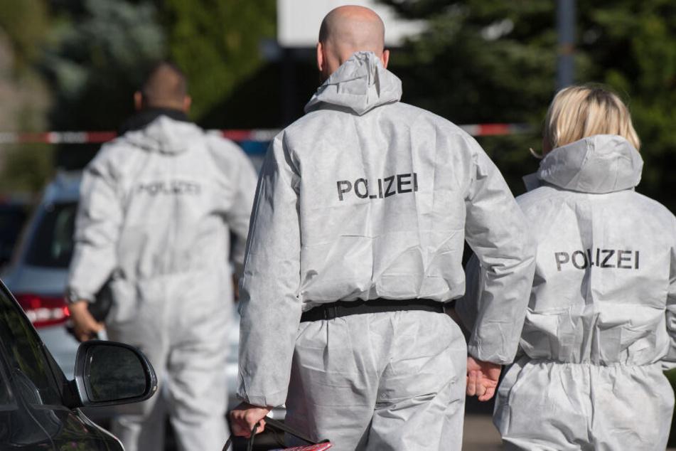 Polizisten entdeckten in der Wohnung die Leiche der Frau. (Symbolbild)