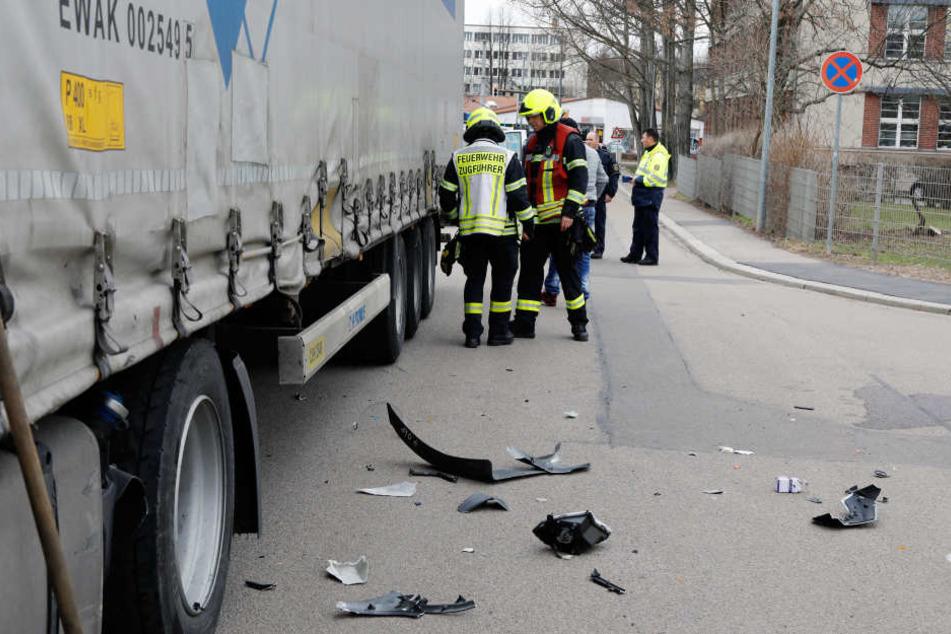 Der Motorradfahrer kollidierte an einer Kreuzung mit dem Lkw.