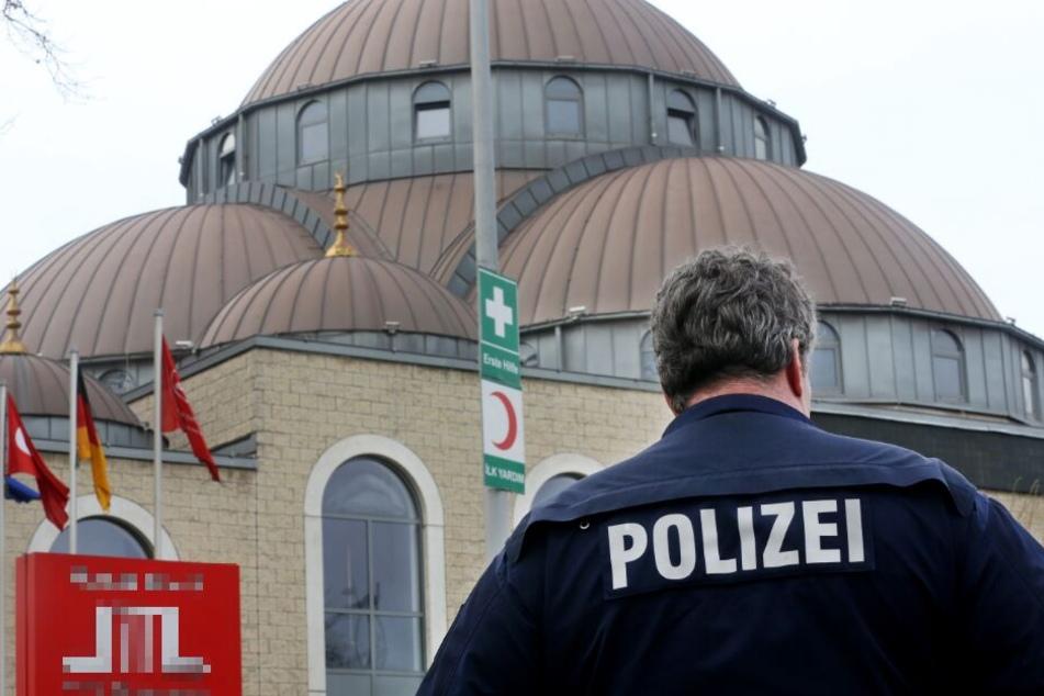 Die Polizei sichert eine Moschee. (Archivbild)