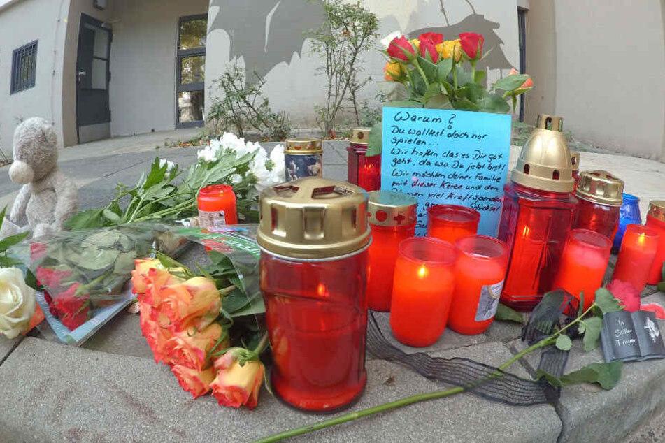 Mit Blumen und Kerzen trauern Angehörige und Nachbarn um den Jungen.