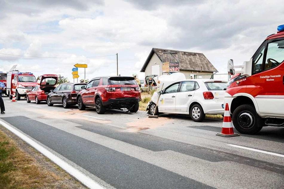 Vier Autos krachten zusammen, eine Person wurde verletzt.