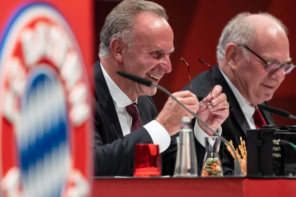 Nach einer emotionalen Rede scherzen Karl-Heinz Rummenigge (l.) und Uli Hoeneß gleich wieder weiter.