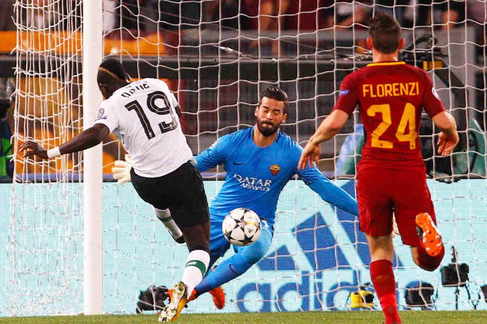 Erst vor wenigen Monaten spielte Alisson Becker (Mitte) mit seinem AS Rom im Champions-League-Halbfinale gegen den FC Liverpool und seinen neuen Mannschaftskollegen Sadio Mané (l.).