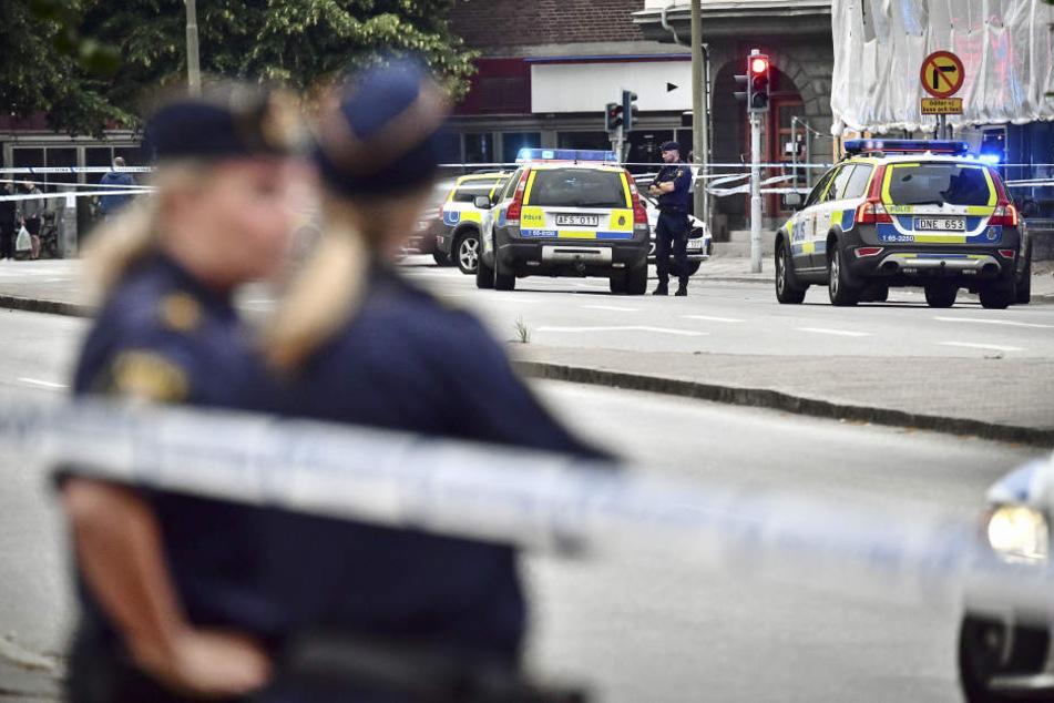 Polizisten sichern eine Straße in Malmö. (Archivbild)