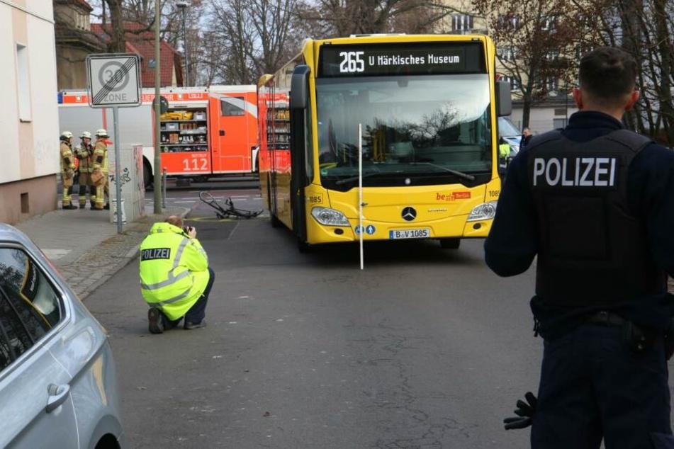 Eine Radfahrerin wurde von einem Linienbus überfahren.