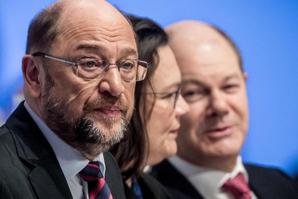 Der SPD Bundesvorsitzende Martin Schulz (l-r) sitzt neben SPD-Fraktionschefin Andrea Nahles und dem Vizevorsitzenden Olaf Scholz beim Bundesparteitag in Berlin.