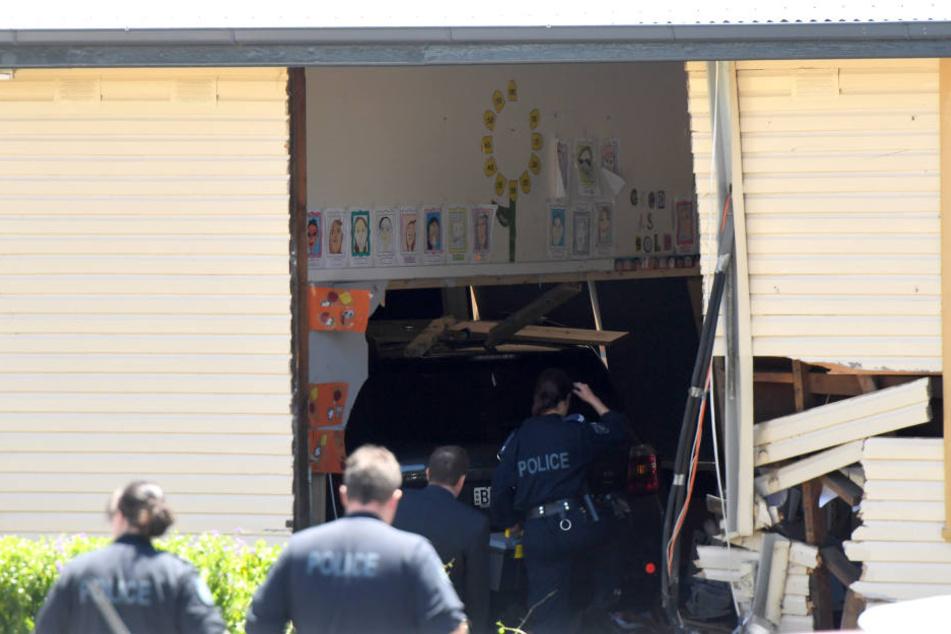 Eine Autofahrerin ist in Sydney mit ihrem Wagen in eine Grundschule gekracht und hat dabei zwei achtjährige Schüler getötet.