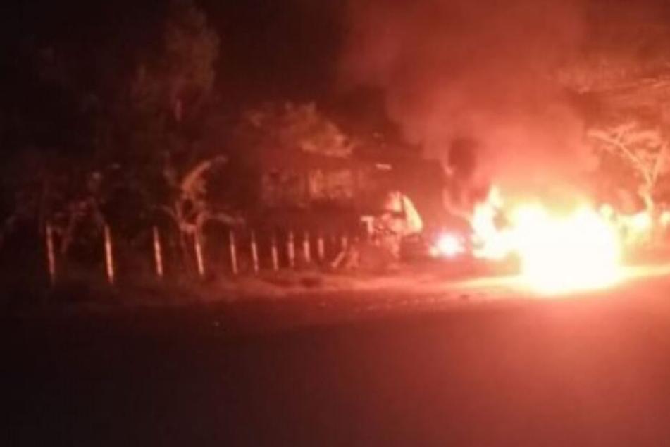 Kleinbus explodiert auf Landstraße, mehrere Tote und Verletzte