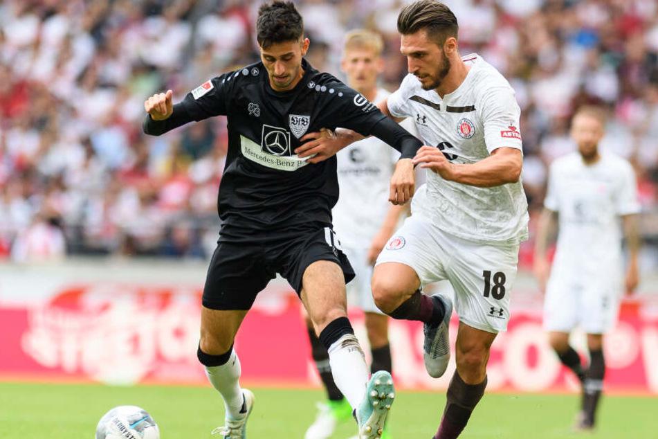 Stuttgarts Atakan Karazor (l) spielt gegen St. Paulis Dimitrios Diamantakos.
