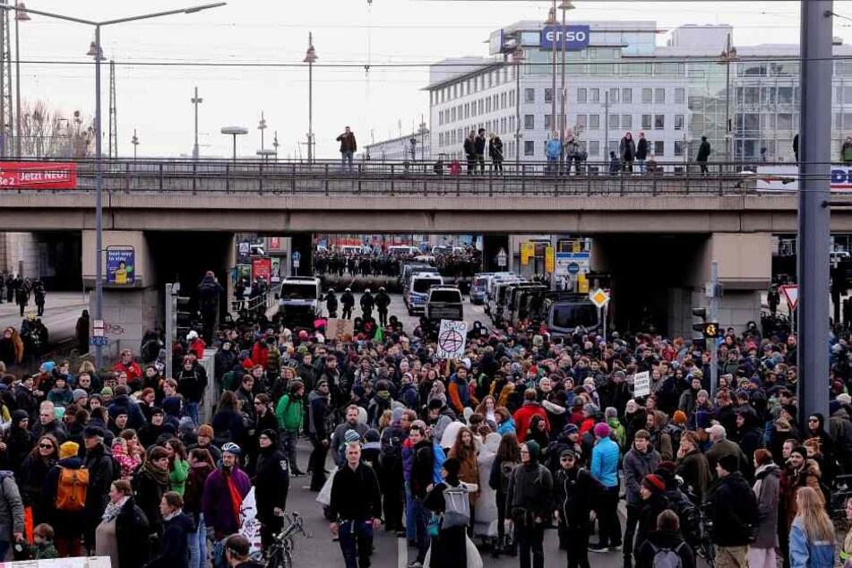 Die Rechten haben den Hauptbahnhof in Dresden erreicht, Protest von den Gegnern nun auch hier.