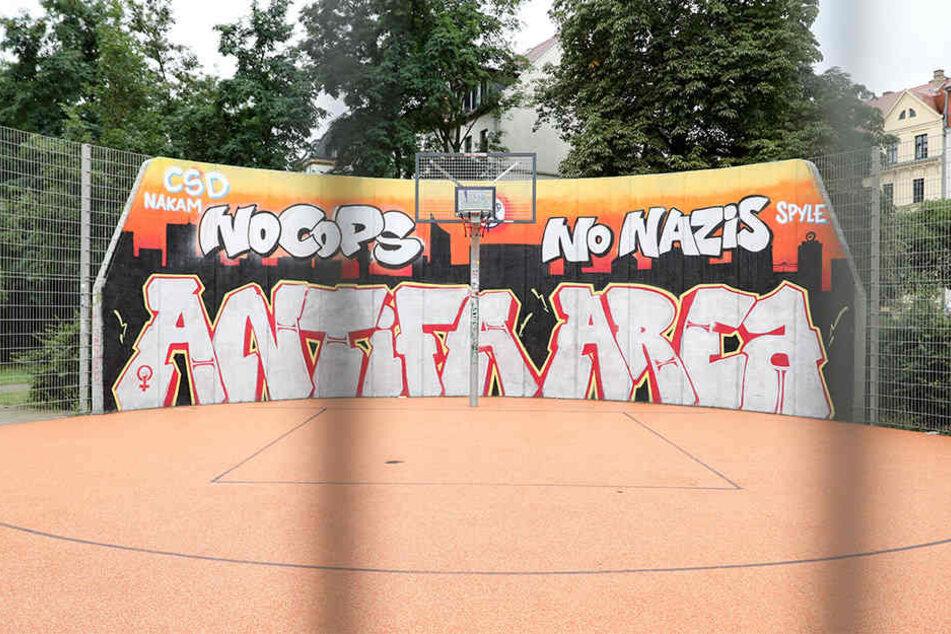 """Fünf Tage lang war der """"No Cops""""-Schriftzug auf dem Basketballfeld in Connewitz verschwunden. Jetzt ist er wieder da - zum Ärger der Stadtverwaltung."""