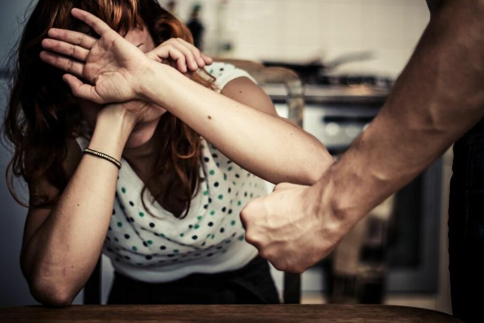 Der Mann schlug immer wieder auf seine Frau ein. (Symbolbild)
