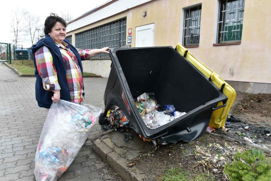 Tafelchefin Monika Zeuner (50) vor dem am Freitag angezündeten Müllcontainer.  Einen neuen kann sich die Einrichtung erstmal nicht leisten.